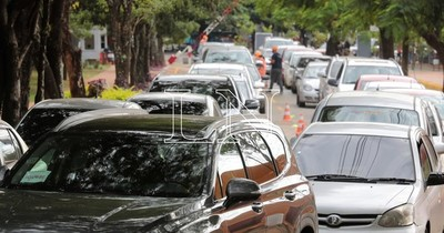 La Nación / Fila de unos 500 vehículos para vacunación en la Secretaría de Deportes