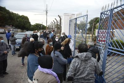 Largas filas y aglomeración para ingreso a vacunatorios