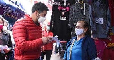 """La Nación / """"Nenecho"""" visitó a los trabajadores del Mercado 4"""