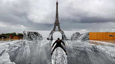 Una ilusión óptica hace 'flotar' la torre Eiffel sobre un enorme barranco