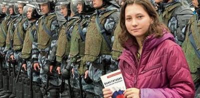 Olga Mísik, la chica que leía (y sigue leyendo) la Constitución rusa