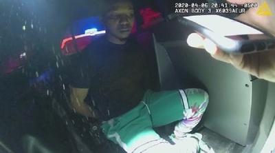 """Policías confunden las cenizas de una bebé con drogas durante una requisa: """"¡No, esa es mi hija!"""" (VIDEO)"""