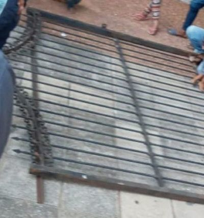 Un niño quedó herido tras la caída de portón de la Plaza Uruguaya