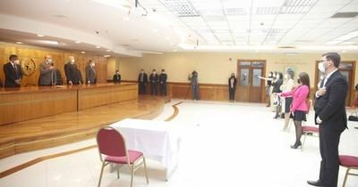 La Nación / Ministros de la Corte tomaron juramento a notarios públicos