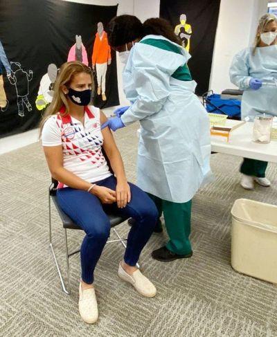 Atletas y dirigentes reciben las vacunas
