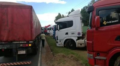 Sector de camioneros levantó paro, pero otro mantiene medida en pie para mañana