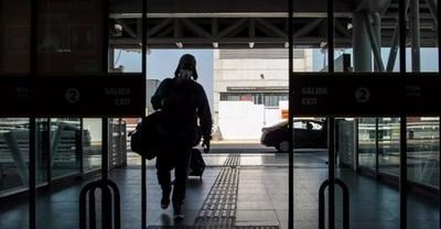 """Chile habilita un """"carnet de vacunación"""" digital contra el Covid y cierra las fronteras hasta el 15 de junio"""