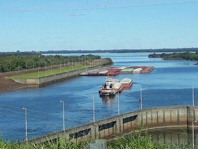 Barcazas con soja empiezan a salir por esclusa de Yacyretá