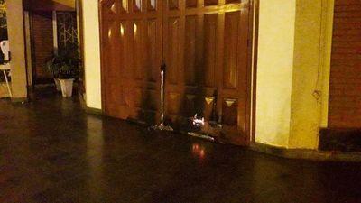Arde puerta de iglesia en Encarnación: el caso es muy llamativo, afirman