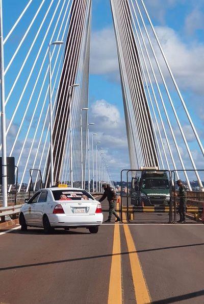 Gendarmería argentina instaló valla en medio del puente internacional
