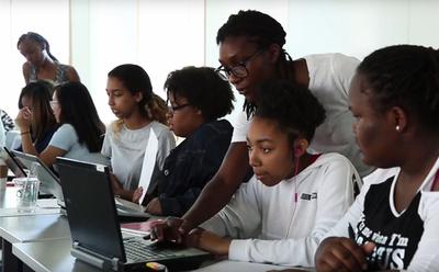 Estudiante afroamericana envía mensajes racistas a compañeros negros en EE.UU