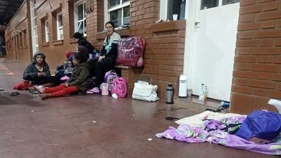 Por razones humanitarias habilitan ingreso de familias varadas en el puente