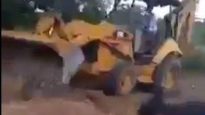 Profe murió por COVID  y la entierran con tractor