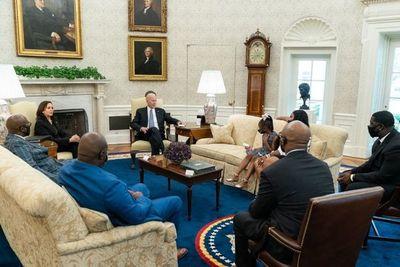 Biden se reunió con la familia de George Floyd a un año de su muerte