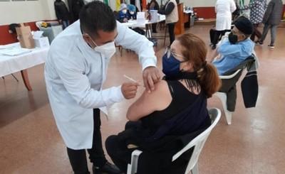 Vacunan a casi mil adultos mayores en reanudación en Alto Paraná