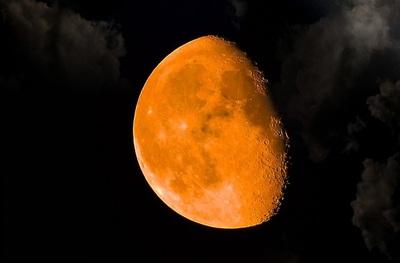 Amantes de la astronomía observaron la Superluna roja y eclipse lunar total en el Pacífico