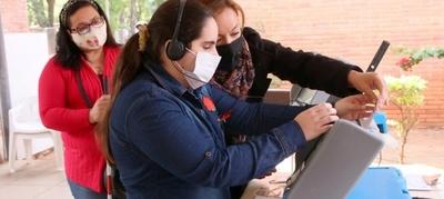 Personas con discapacidad practican con las máquinas de votación que serán utilizadas en las elecciones
