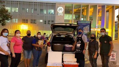 Voluntarios llevan agua y alimentos a familiares de enfermos con Covid-19