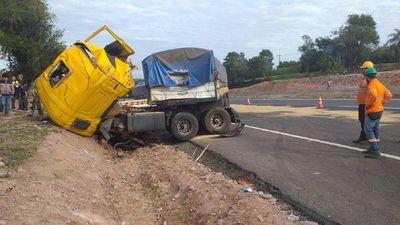 Terrible: Fallecen madre e hijo tras violento choque entre dos camiones en Caaguazú