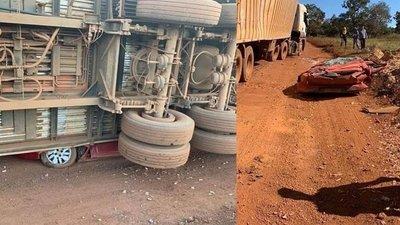 Salió ileso de su auto segundos antes de que camión lo aplastara