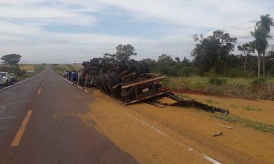 Camión cargado con maíz vuelca al evitar embestir contra vehículo