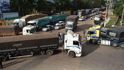 Camioneros cierran ruta para exigir que se cumpla acuerdo