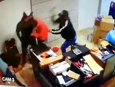 Bandidos asaltan armería y roban 30 pistolas 9mm tras golpear al propietario
