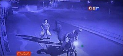 Violento y cobarde ataque de motochorros a una mujer