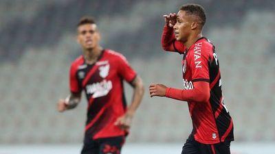 Paranaense golea en la despedida de Lucho González