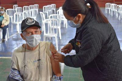 El 79% de los adultos se quiere vacunar, pero tiene obstáculos para hacerlo, dice Salud