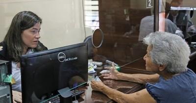 La Nación / Reclaman que anciana no vidente acceda a pensión alimentaria en Puerto Casado
