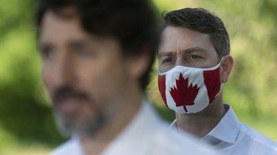 ¡Auxilio! Un legislador canadiense fue captado orinando en plena sesión de la Cámara