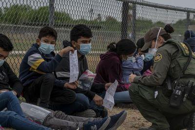 EE.UU apremiará casos de inmigración de familias en frontera