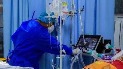 Falta de oxígeno, cansancio médico y casos graves, síntomas críticos del colapso sanitario