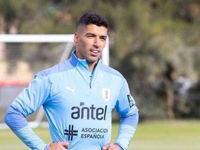 Cavani arriba a Montevideo junto a Suárez