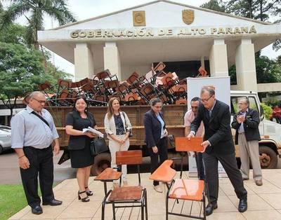 GOBERNACION entrega sillas a ESTUDIANTES cuando el año lectivo ya terminó