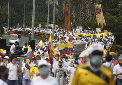 Miles de personas marchan contra paro en Colombia en clima de tensión