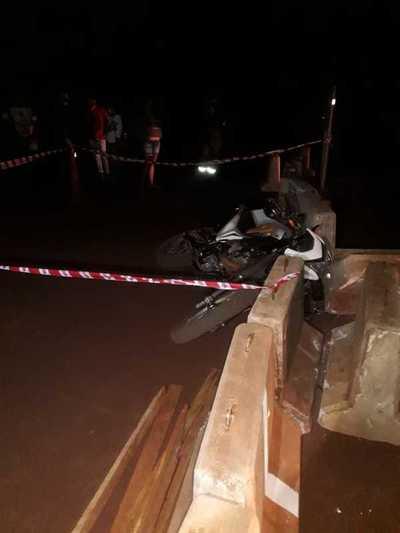 Motociclista se estrella contra bloque de concreto y muere al instante