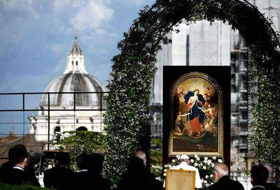 """El papa pide a la Virgen el fin de la pandemia y que desate sus """"nudos"""""""