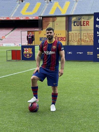 """¡Jugará con Messi! El """"Kun"""" Agüero, la nueva estrella del Barcelona"""