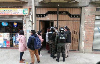 ¡Desalmados! Arrestan a pareja de jóvenes por golpear a su bebé de 5 meses en Bolivia