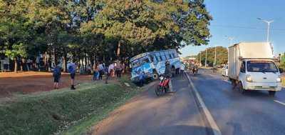Bus chatarra de empresa Ciudad Jardín pierde los frenos y para en la cuneta