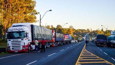 Más camioneros se suman al paro y sube tensión en las rutas