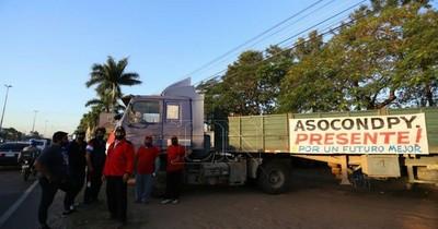 La Nación / Continúa el paro de camioneros y advierten con endurecer la medida de fuerza