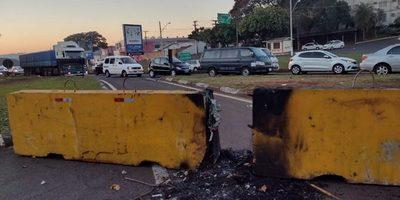 Paraguayos BURLAN controles sanitarios en FOZ, a lo paraguayo