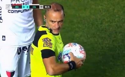 Increíble: Comenzó un partido decisivo y la pelota estaba desinflada