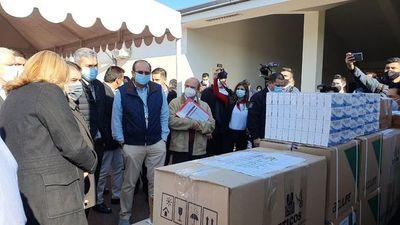 En fugaz visita, el presidente de la República asiste a entrega de insumos y medicamentos para hospitales COVID