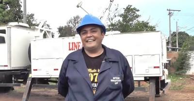 La Nación / Ejemplo de superación: la primera mujer que se capacita para operar grúas e hidroelevadores