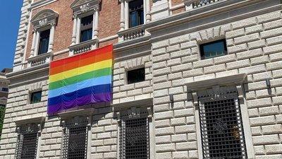 La embajada de EEUU en el Vaticano colgó una bandera por el mes del orgullo LGBT