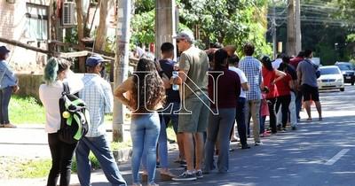 La Nación / Viacrusis en Identificaciones: largas filas en espera de documentos